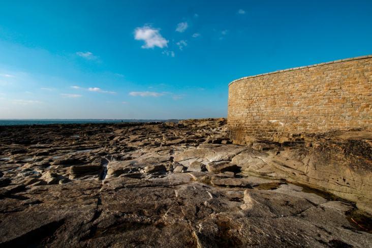 À marée basse, on peut faire le tour du Fort Bloqué.