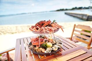 Assiette de fruits de mer au bord de l'eau