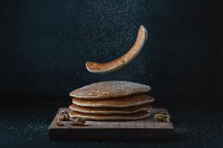 Pancakes sur fond noir
