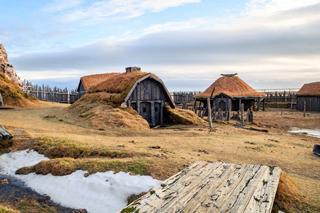 Village viking reconstitué, huttes et toits de chaume